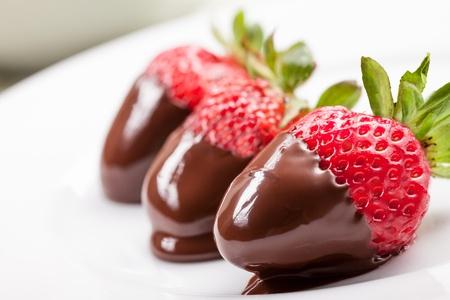 chocolate caliente: deliciosas fresas con chocolate derretido