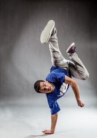 ダンサーによって実行されるアクロバティックな動きの poht 写真素材