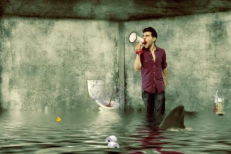 浴室洪水中メガホンを持つ男性が助けを求め悲鳴します。
