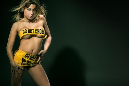 Fashion Bild von sexy Frau im gelben Tatort umwickelt