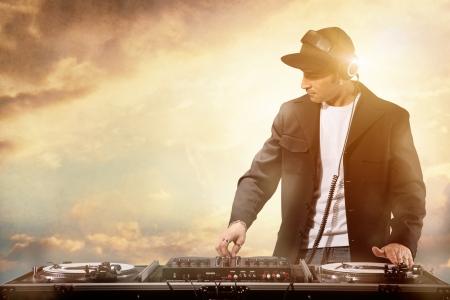 party dj: Dj trabajando en la puesta de sol