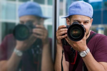 reflexion: Imagen del fotógrafo masculina con dslr