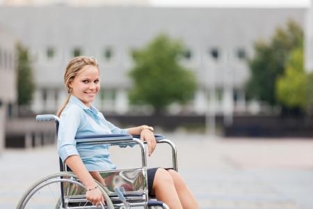 車椅子に笑みを浮かべて実業家の写真 写真素材 - 24146974