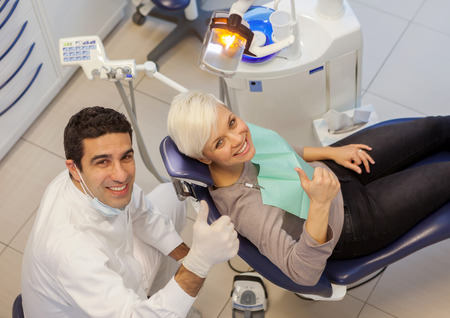 equipos medicos: foto de dentista hombre y su paciente en una oficina del dentista Foto de archivo