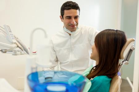 comunicacion oral: foto de dentista hombre asi�tico que habla con su paciente en la oficina