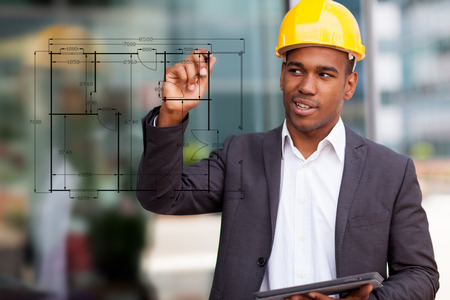 Foto de dibujo ingeniero de construcción africano con un lápiz digital Foto de archivo - 37556374