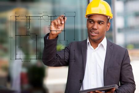 ingeniero: Foto de dibujo ingeniero de construcción africano con un lápiz digital Foto de archivo