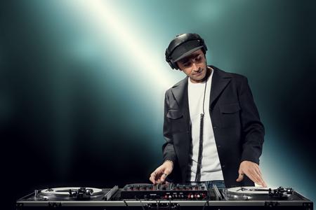 auriculares dj: DJ está haciendo fiesta