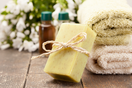 jabon: Foto de jabón de oliva sobre la mesa de madera