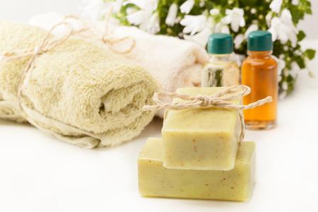 massage huile: Photo du savon et de l'huile d'olive essentielle Banque d'images