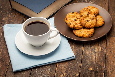 Foto van koffie pauze tijdens het lezen van een boek