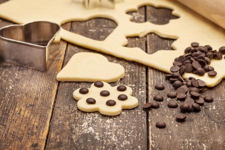 galleta de chocolate: Foto de galletas caseras sobre la mesa de madera Foto de archivo