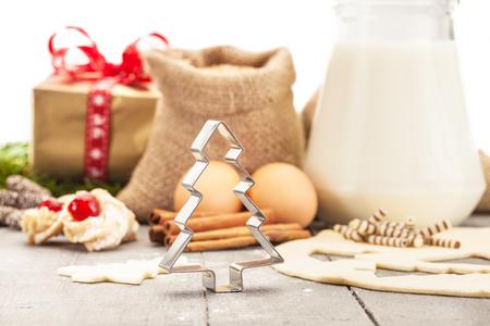 galletas de navidad: Photo of christmas home made cookies over wooden table