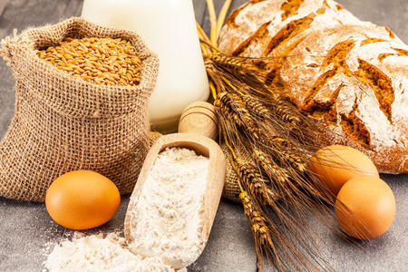 bolsa de pan: Foto de granos de trigo y la harina en la mesa de madera