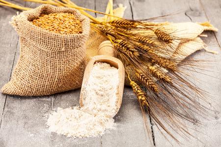 Foto di chicchi di grano e farina sul tavolo di legno Archivio Fotografico - 48172378
