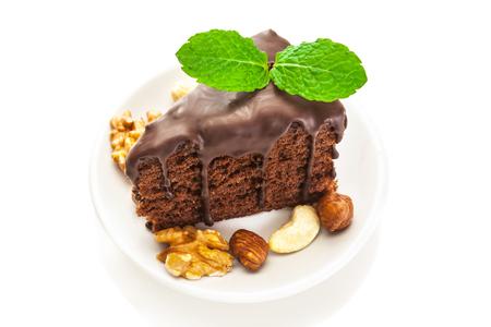 porcion de torta: Foto del pedazo de pastel de chocolate sobre fondo blanco aislado