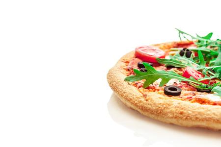 孤立した白地にルッコラとおいしいピザの写真