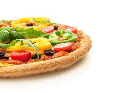 孤立した白地にパプリカとおいしいピザの写真