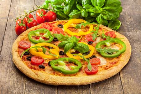 木製のテーブルの上にパプリカとおいしいピザの写真 写真素材 - 58371486