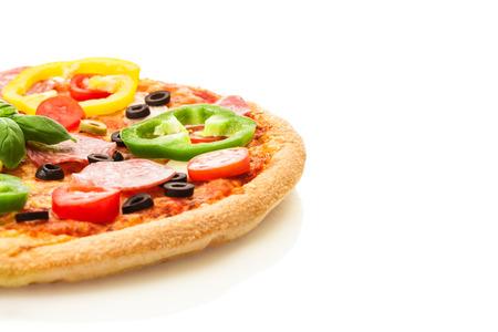 サラミや隔離された白地にパプリカとおいしいピザの写真