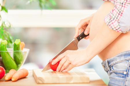 妊娠中の女性が自宅で料理の写真 写真素材 - 65460178