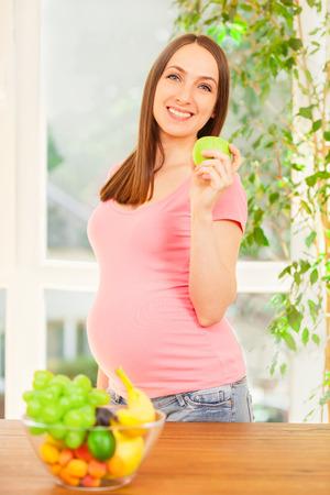 食べるリンゴ妊娠中の女性の写真