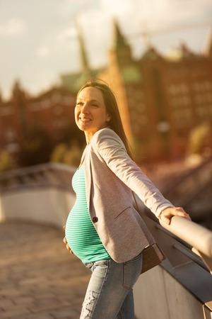 笑顔の妊娠中の女性の肖像画