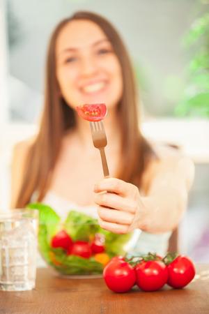 サラダを食べて笑顔の白人女性の写真 写真素材 - 65517456