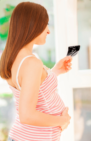彼女のスキャンを保持している妊娠中の女性の写真 写真素材 - 65036749