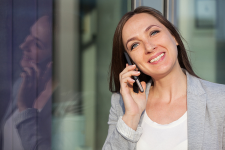 携帯電話でビジネスの女性の肖像画