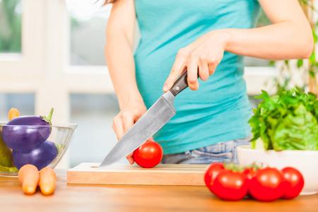 妊娠中の女性が自宅で料理の写真