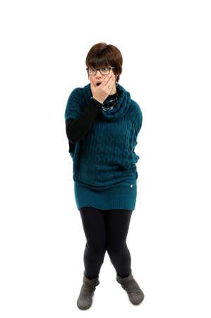 gastrointestinal: Mujer joven sorprendida por problemas gastrointestinales fotografiado en el fondo blanco