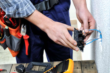 스위치 및 주거용 전기 설치 소켓 작업 젊은 전기.