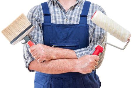 Pintor obrero en el trabajo con rodillo y pincel en mano, aislado sobre fondo blanco.