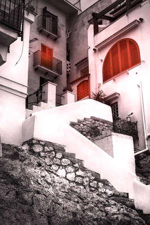 vecchie: Case con finestre rosse sul mare di Sperlonga
