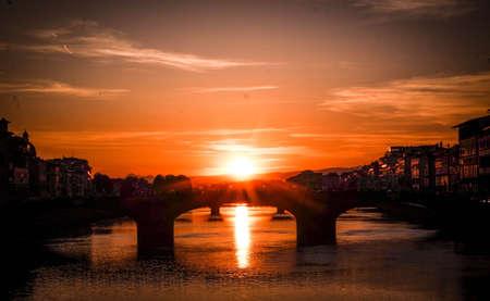 zonsopgang achter een brug