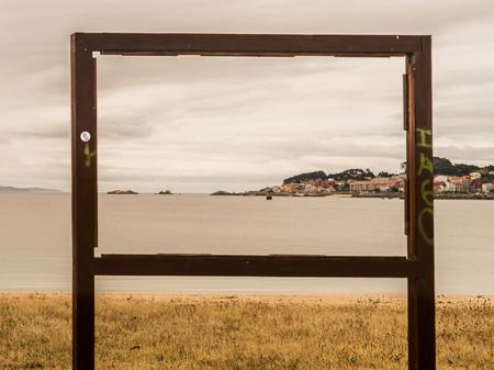 Wandelen in een bewolkte zomerochtend in Riveira, vond ik dit hout gebroken frame voor reclame en openbare annouces. Ik dacht dat het leuk zou zijn om de foto te maken en zo de lijst te maken voor een