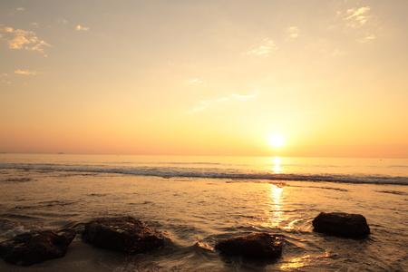 amanecer: playa de agua amarga en Alicante, Valencia, España