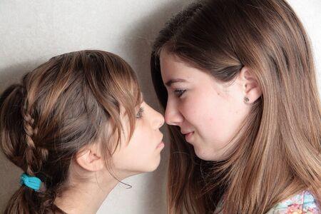 tantrums: sorelle arrabbiati sono d'accordo con la TV Archivio Fotografico