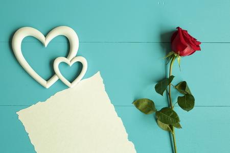 El rojo se levantó en el fondo de madera azul para el día de San Valentín Foto de archivo