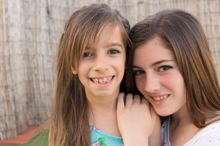 luz natural: portrait of two sisters outdoors with natural light
