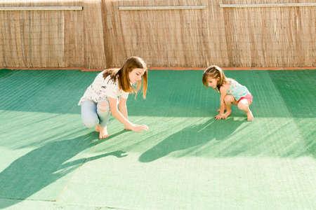 luz natural: retrato de dos hermanas al aire libre con luz natural Foto de archivo