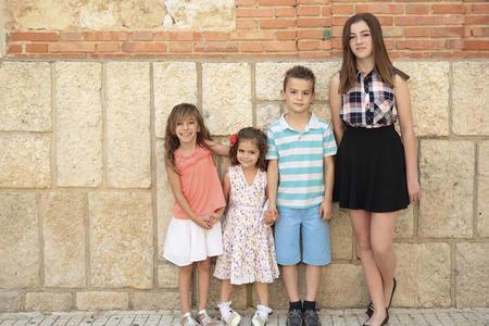 niños de edades Vaus con una pared de fondo