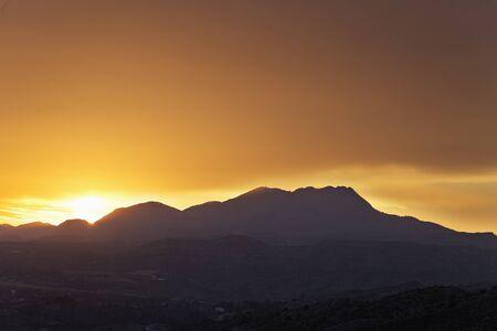 Puesta de sol en las montañas de la provincia de Elche de Alicante en España. Tiro horizontal