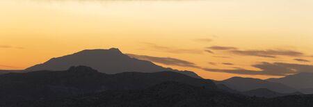 Puesta de sol en las montañas de Elche, provincia de Alicante, en España. tiro horizontal panorámica