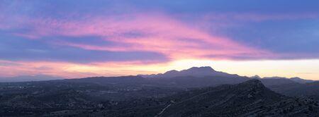 anochecer: Puesta de sol en las montañas de Elche, provincia de Alicante, en España. tiro horizontal panorámica