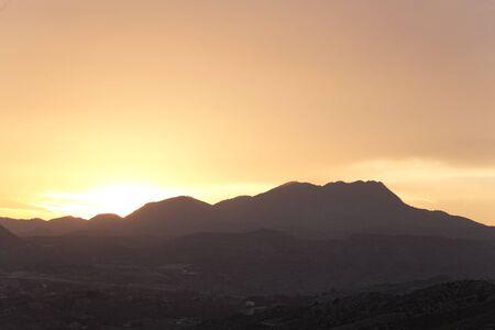 anochecer: Puesta de sol en las montañas de la provincia de Elche de Alicante en España. Tiro horizontal