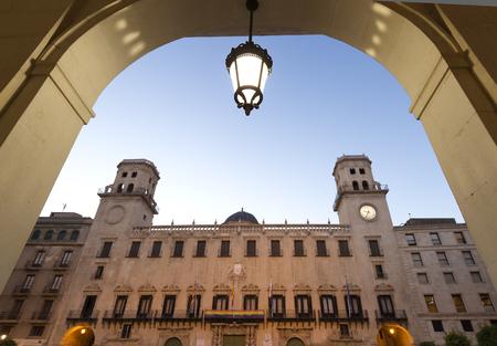 Fachada del Ayuntamiento de la ciudad de Alicante al atardecer, en la Comunidad Valenciana, España.