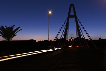 anochecer: Puente de la Generalidad en Elche, provincia de Alicante en España.