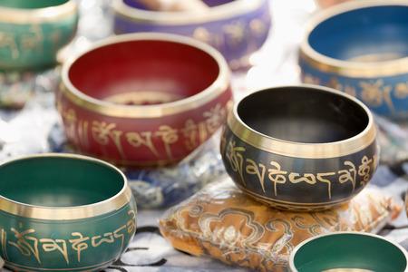 Tibetaanse kommen op een Spaanse markt genaamd ecoaltea. Stockfoto